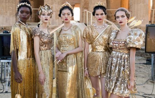 Từ show 'Vàng son' tại Huế bị chỉ trích: Các nhà mốt thế giới làm gì với công trình kiến trúc cổ?