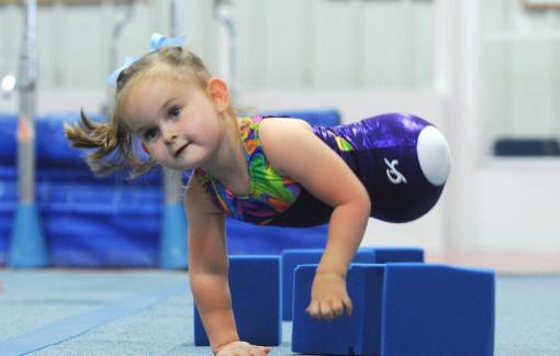 Cô bé không có chân trở thành VĐV thể dục dụng cụ nổi tiếng khiến nhiều người khâm phục