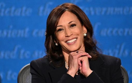 Ứng cử viên Phó tổng thống Mỹ Kamala Harris tỏa sáng nhờ bí quyết trang điểm của riêng mình