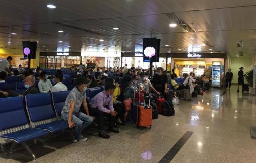 Hàng loạt chuyến bay bị hủy do bão số 6
