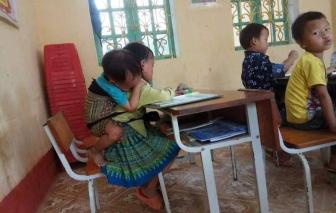 Xót xa cảnh học sinh lớp 1 cõng em 20 tháng đến lớp học cùng