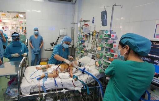 Chạy tim phổi nhân tạo cứu bé gái bị tim bẩm sinh trong gang tấc