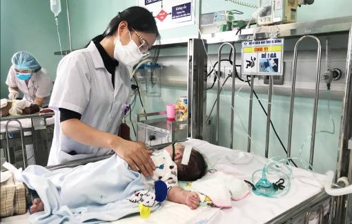Trẻ nhập viện vì ho sốt tăng vọt