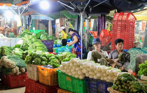 Rau củ về chợ đầu mối giảm do mưa bão