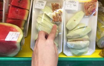 """Siêu thị, cửa hàng tiện lợi vô tư """"tái chế"""" trái cây quá ngày"""