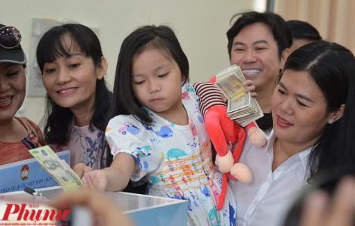 Bé gái 6 tuổi gom tiền tiết kiệm trong 2 năm ủng hộ người dân miền Trung bị bão lụt