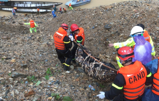 Vụ sạt lở tại thủy điện Rào Trăng 3: Thi thể công nhân thứ hai được đưa ra khỏi rừng