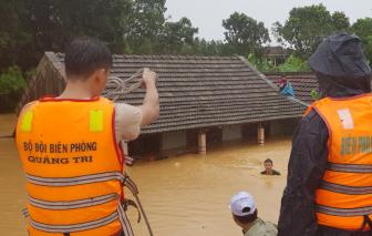 Quảng Trị: Lũ dâng gần đến nóc nhà, dân kiệt sức