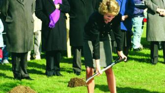 Vì sao công nương Diana chôn những món trang sức quý giá trong vườn?