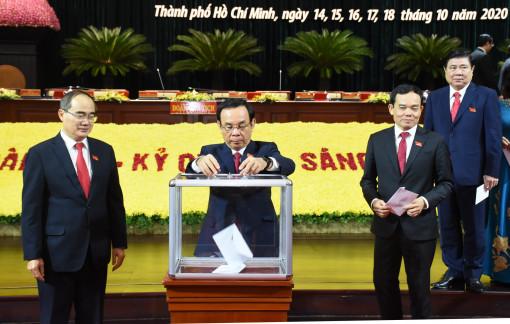 Đại biểu tham dự Đại hội Đảng bộ TPHCM góp tiền hỗ trợ đồng bào miền Trung
