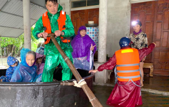 Người dân Hà Tĩnh dùng thuyền thúng, bè chuối chạy lũ lịch sử