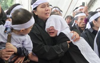 Người dân Nghệ An dầm mưa đón 4 liệt sĩ hy sinh ở Rào Trăng về quê nhà
