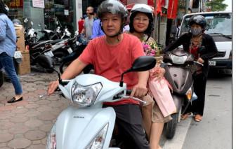 Đi mua sắm cùng con gái, cô giáo tiếng Hàn 'ẵm' ngay xe máy 30 triệu về nhà