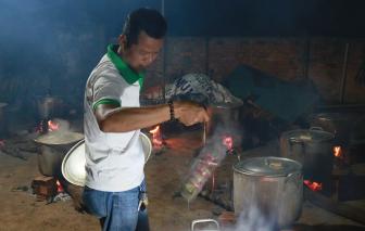 Người dân Đắk Lắk gói 2.000 chiếc bánh tét gửi bà con vùng lũ