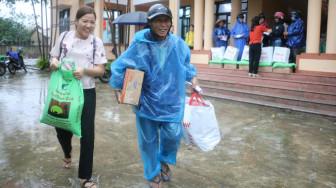 Báo Phụ Nữ vượt lũ trao quà cho người dân bị thiệt hại nặng nhất ở Thừa Thiên - Huế
