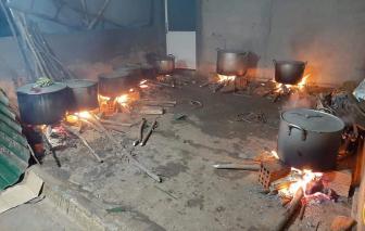 Những người mẹ thức thâu đêm nấu 1.000 cặp bánh tét cho vùng lũ