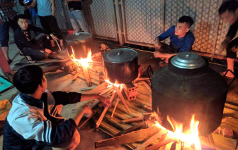 Làng quê Nghệ An đỏ lửa xuyên đêm nấu bánh chưng gửi người dân vùng lũ