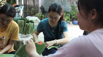 Ngày 20/10, chị em Sài Gòn hẹn nhau gói bánh chưng gửi đồng bào miền Trung