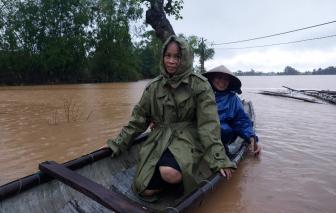 Báo Phụ Nữ TPHCM trao quà cho bà con vùng lũ Quảng Trị