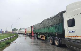 Quốc lộ 1A ngập sâu, xe container nối đuôi cả chục km trên đường