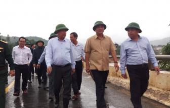 Phó thủ tướng Trương Hòa Bình thăm bà con vùng sạt lở Tây Giang