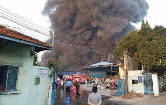 Đang cháy lớn tại công ty xử lý môi trường ở Bình Dương