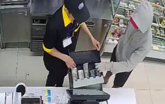 Bắt thanh niên dùng dao khống chế 2 nhân viên cửa hàng tiện lợi cướp tài sản