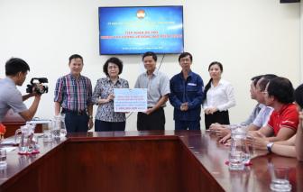 Cán bộ công nhân viên EVNHCMC chia sẻ với đồng bào miền Trung bằng tất cả tấm lòng