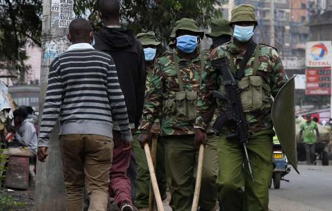 Clip: Cảnh sát dùng bạo lực khiến 15 người thiệt mạng khi thực thi lệnh giới nghiêm