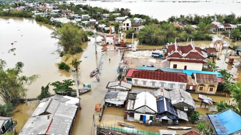 Không thể chỉ trông chờ cứu trợ khi bão lũ triền miên