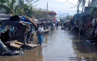 Bão Molave hoành hành ở Philippines, hàng ngàn nhà dân chìm trong lũ