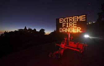 Cháy rừng chưa buông tha California, gần một triệu dân bị cắt điện