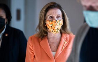Thời trang sành điệu thời COVID-19 của Chủ tịch Hạ viện Mỹ 80 tuổi