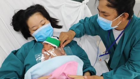 Sức sống phi thường của bé gái sinh non 700gram ở Long An