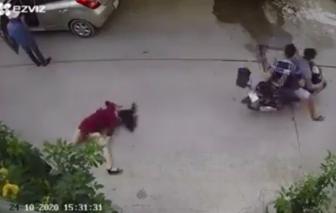 Bắt 2 thiếu niên cướp túi xách kéo người phụ nữ đập đầu xuống đường