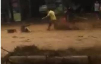 Clip: Cận cảnh dòng nước lũ kinh hoàng ở Trà My, 1 người đi đường bị cuốn phăng
