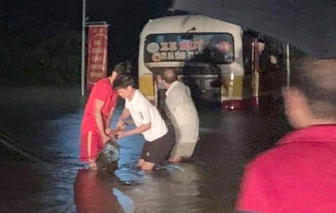 """Xe cẩu """"cứu"""" xe buýt giữa dòng nước lũ"""