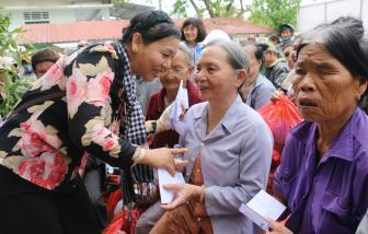 Gần 2.000 phần quà nghĩa tình đến với người dân rốn lũ miền Trung