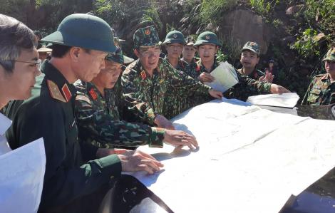 Bộ đội vượt các điểm sạt lở vào Nam Trà My