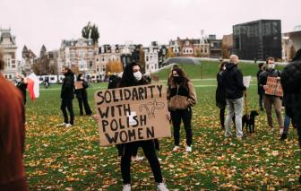 Clip: Phụ nữ khắp nơi trên thế giới biểu tình đòi quyền phá thai