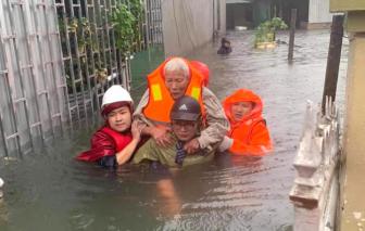 Thành Vinh ngập sâu, cảnh sát dùng xuồng khẩn cấp sơ tán dân