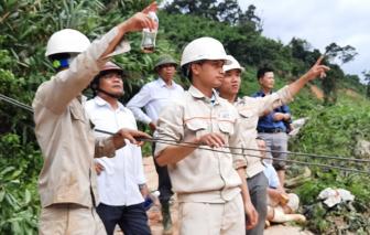 Tiếp tế lương thực cho 200 công nhân thủy điện Đăk Mi 2 bằng cáp treo qua sông