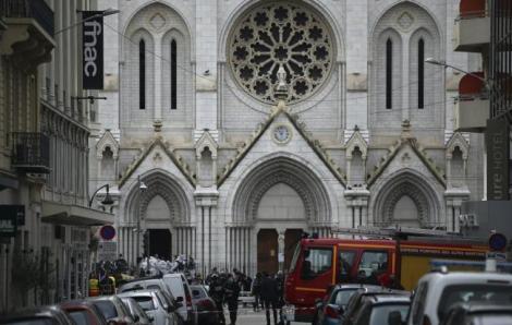 Pháp tăng cường an ninh sau vụ tấn công khiến 3 người thiệt mạng tại Nhà thờ Đức Bà