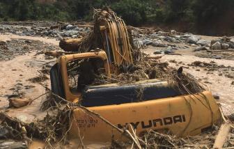 Clip: Kinh hoàng lũ quét cuốn trôi nhà dân ở Phước Sơn