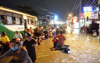 Sài Gòn ngập nặng đêm Halloween, xe buýt, taxi, xe máy... nằm đầy đường