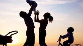 Cha mẹ nuôi phải hơn con nuôi 20 tuổi