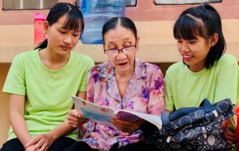 Cụ bà 72 tuổi ngày bán vé số, tối dạy miễn phí cho trẻ nghèo