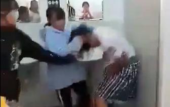 """Xôn xao nữ sinh đánh nhau trong nhà vệ sinh vì """"hiềm khích"""" trên mạng xã hội"""