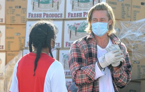Brad Pitt già nua, bốc dỡ hàng cho người nghèo