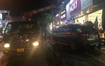 """Ô tô """"điên"""" tông nhiều xe máy rồi lao vào nhà dân, ít nhất 2 người bị thương"""